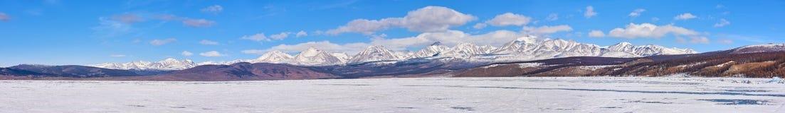 Panorama di più alta montagna in montagne di Sayan dal lago Hovsgol Immagine Stock