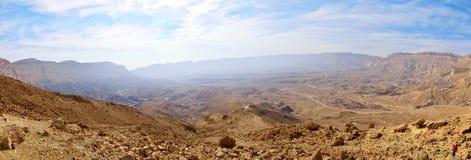 Panorama di piccolo cratere in deserto di Negev fotografia stock