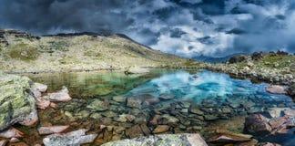 Panorama di piccolo lago dell'alta montagna Fotografie Stock Libere da Diritti