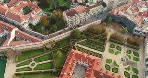 Panorama di Praga, antenna della città, vista da sopra sul paesaggio urbano di Praga, volo sopra la città, area Città Vecchia video d archivio