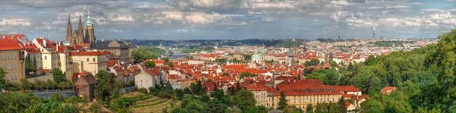 Panorama di Praga con i tetti rossi di Praga fotografia stock