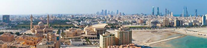 Panorama di punto di vista dell'uccello ampio della città di Manama, Bahrain Fotografia Stock