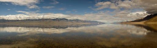Panorama di riflessione di Badwater Fotografie Stock