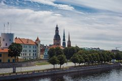 Panorama di Riga un giorno soleggiato fotografia stock