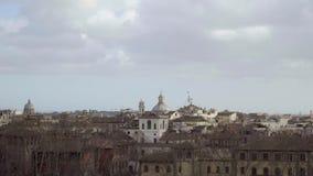 Panorama di Roma, Italia, Europa da Castel Sant Angelo Il cielo e le cupole stock footage