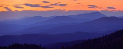 Panorama dalle catene montuose Immagine Stock