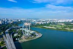 Panorama di Singapore e di Ferris Wheel Siluetta dell'uomo Cowering di affari Fotografia Stock Libera da Diritti