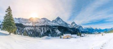 Panorama di Snowy nelle montagne delle alpi Fotografia Stock
