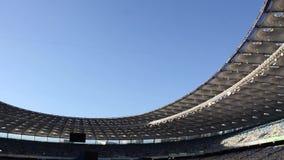 Panorama di stadio di football americano e di cielo blu archivi video