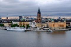 Panorama di Stoccolma con la chiesa Riddarholmskyrkan su un clo Fotografie Stock Libere da Diritti