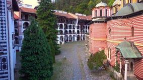 Panorama di stupore delle colline verdi, dei laghi Rila e del monastero di Rila, Bulgaria immagine stock