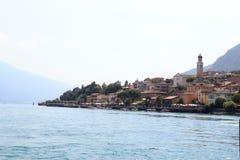Panorama di Townscape della polizia del sul di Limone del villaggio della riva del lago con le barche e della chiesa alla polizia Fotografia Stock