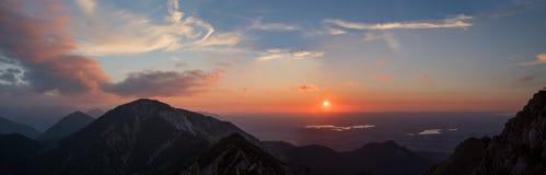 Panorama di tramonto - alpi bavaresi, vista allo staffelsee del lago e rie Immagine Stock Libera da Diritti