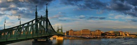 Panorama di tramonto di Budapest Ungheria di Budapest Ungheria con il Ch fotografia stock libera da diritti