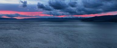Panorama di tramonto del lago mountain Fotografie Stock Libere da Diritti
