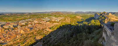 Panorama di tramonto della città e del castello di Xativa in Valencia Province o Fotografia Stock Libera da Diritti