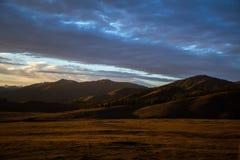 Panorama di tramonto della montagna Immagine Stock