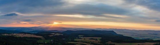Panorama di tramonto, paesaggio d'ispirazione, foresta verde e montagne Fotografia Stock Libera da Diritti