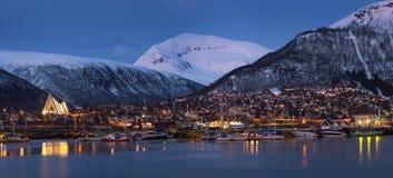 Panorama di Tromso di notte fotografia stock libera da diritti