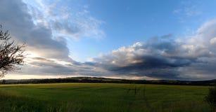 Panorama di un campo al tramonto Immagini Stock Libere da Diritti