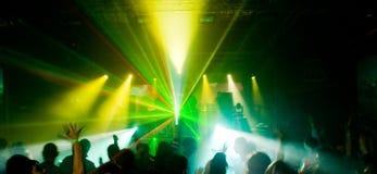 Panorama di un concerto all'indicatore luminoso verde Immagine Stock