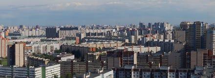 Panorama di un isolato con le alte costruzioni di appartamento multipiane, l'area di grande città da un'altezza Fotografia Stock