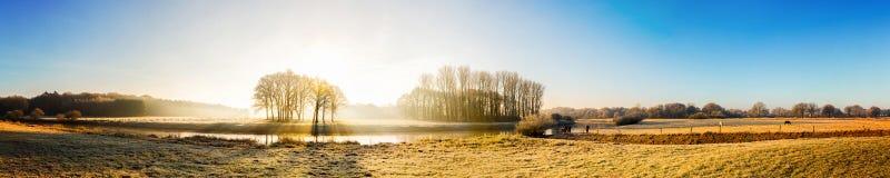 Panorama di un paesaggio di autunno fotografia stock