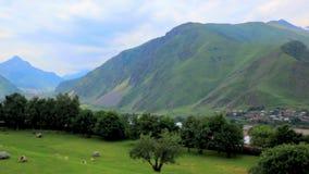 Panorama di un paesaggio della montagna e di un paesino di montagna pittoresco video d archivio