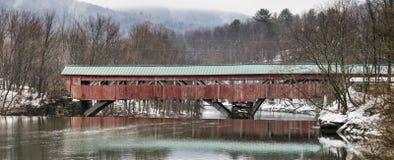 Panorama di un ponte coperto sul fiume di Ottauquechee immagine stock