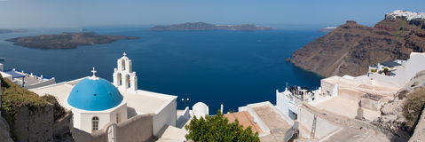 Panorama di una chiesa a Santorini Fotografie Stock