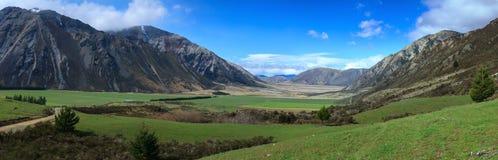 Panorama di una valle nelle alpi del sud del ` s della Nuova Zelanda Fotografia Stock