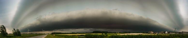 Panorama di uno scaffale impressionante rannuvolarsi la zona occidentale dei Paesi Bassi immagini stock libere da diritti