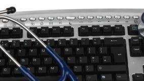 Panorama di uno stetoscopio su una tastiera video d archivio