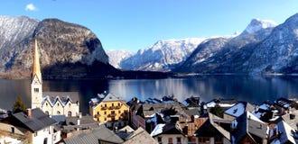 Panorama di vecchi città e lago della città di Hallstatt fotografia stock libera da diritti