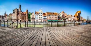 Panorama di vecchi città di Danzica e fiume di Motlawa in Polonia Vista dall'argine Immagini Stock Libere da Diritti