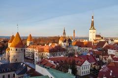 Panorama di vecchia città di Tallinn al tramonto Fotografie Stock Libere da Diritti