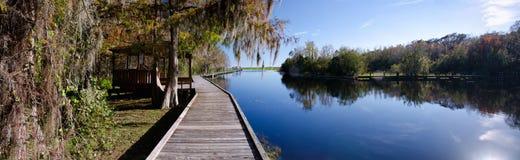 Panorama di vecchio molo su un lago d'acqua dolce, Florida Fotografie Stock