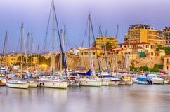 Panorama di vecchio porto veneziano con le linee di navi e di pescherecci fotografia stock libera da diritti
