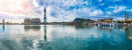 Panorama di Vell del porto di Barcellona con la teleferica sopraelevata a Montjuic immagine stock
