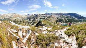Panorama di viaggiatore con zaino e sacco a pelo delle montagne Fotografie Stock Libere da Diritti