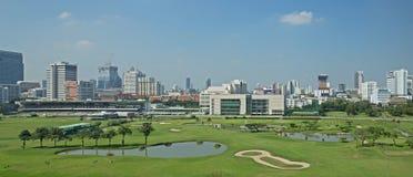 Panorama di vista del campo da golf con il campo di erba verde e fresco verde immagini stock libere da diritti