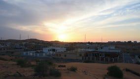 Panorama di zona residenziale come gli insiemi del sole sopra il deserto in Ras al Khaimah, Emirati Arabi Uniti video d archivio