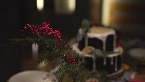 Panorama dichte omhooggaande die mening bij het overweldigen van de lijst van het Kerstmisdiner voor feestelijke de atmosfeervier stock videobeelden