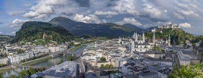 Panorama die van Hohensalzburg-Kasteel de Stad van Salzburg in de Zomer overzien stock foto