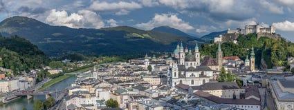 Panorama die van Hohensalzburg-Kasteel de Stad van Salzburg in de Zomer overzien stock foto's