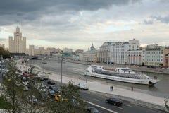 Panorama die van Moskvoretskaya-dijk een wolkenkrabber op Kotelnicheskaya-dijk overzien royalty-vrije stock afbeeldingen