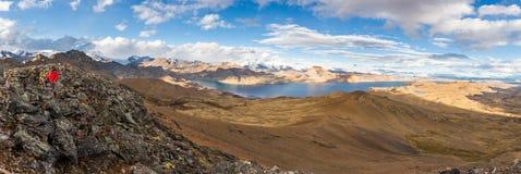 Panorama diritto Perù del picco di montagna dell'uomo di viaggiatore con zaino e sacco a pelo turistico dell'avventuriere Fotografie Stock