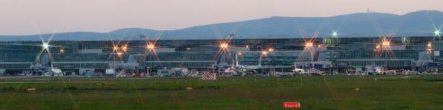 Panorama do aeroporto de Francoforte no amanhecer Fotos de Stock