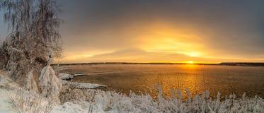 Panorama do alvorecer no reservatório no inverno, Rússia Ural de Reftinsky, fotografia de stock royalty free