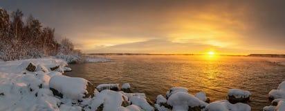 Panorama do alvorecer no reservatório no inverno, Rússia Ural de Reftinsky, imagem de stock royalty free
